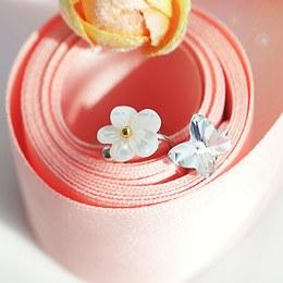 233512 - <EC050-CC24> white Flower & butterfly ear cuff
