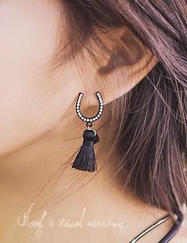 1043667 - <ER798-DI05> Horseshoes & tassel earrings