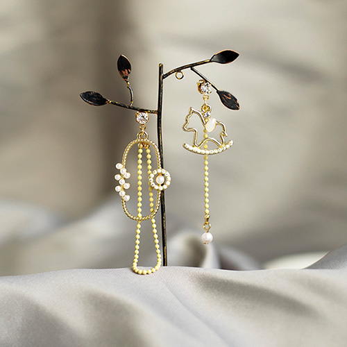 1049486 - <ER2210_IE12> [Handmade] Wooden Horse Unbalanced earrings