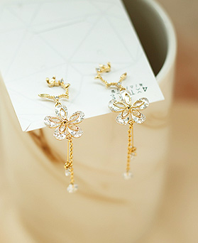 1050058 - <ER2254_DJ19> [Silver Post] Dazoni Flower earrings